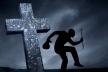 На Рівненщині чоловіка засудили за вандалізм на кладовищі