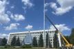 Біля Рівненської ОДА встановили найвищий флагшток в області