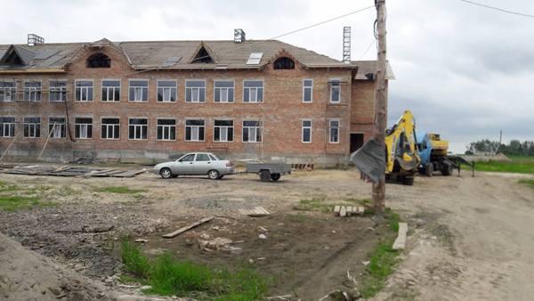 У Піскові, що на Костопільщині, громада будує школу. Повним ходом