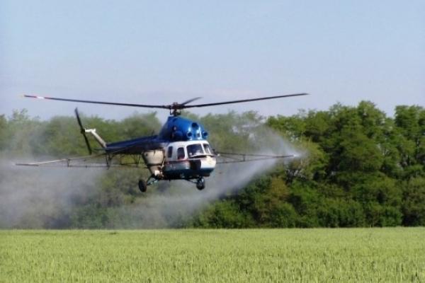 Над селом вертоліт розпилював хімікати