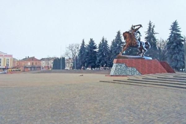 Вершник на коні на центральному майдані Дубна з'явиться не скоро