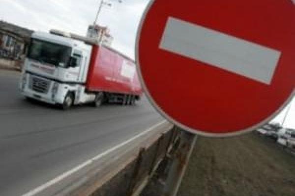 У спеку рух вантажівок обмежено