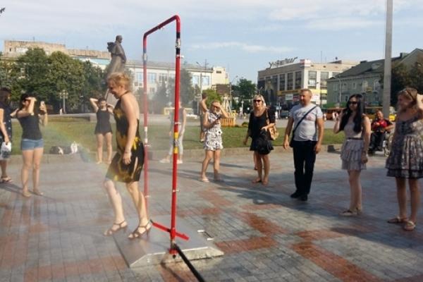 Як освіжають громадян у центрі Рівного (Фото, відео)
