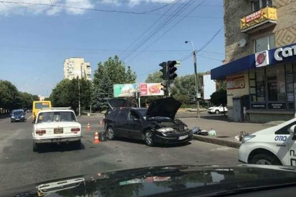 У Рівному на проспекті Миру ДТП: зіткнулися «Ваз» та «Рено» (Фото)