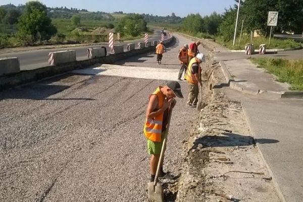 На Рівненщині триває ремонт дороги у сарненському напрямку