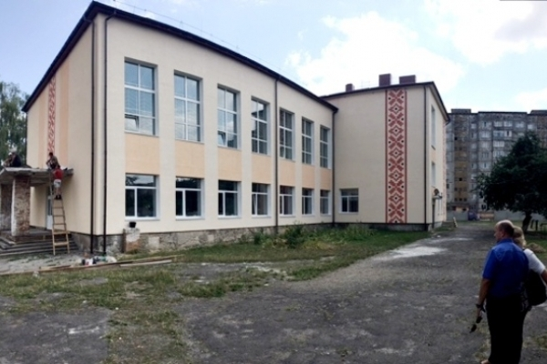 У Костополі школу за числом 5 прикрасили вишиванковим орнаментом