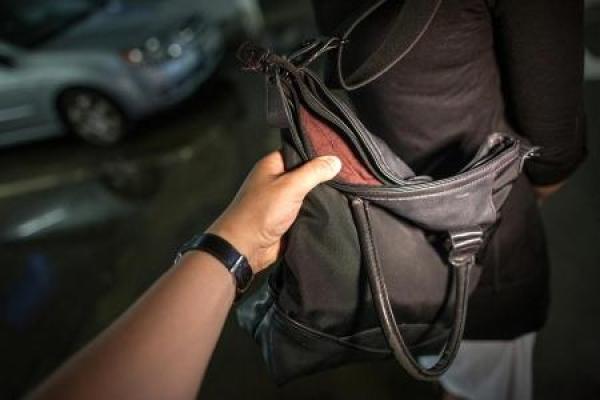 У Рівному викрали сумку прямо з автівки