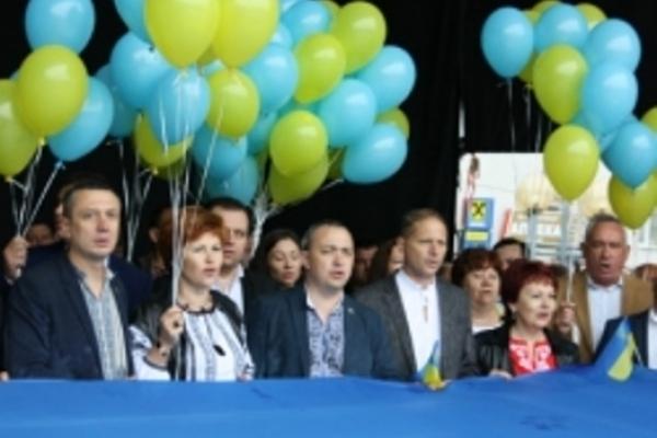 Cотню синьо-жовтих кульок випустили в Рівному в небо на честь Дня прапора