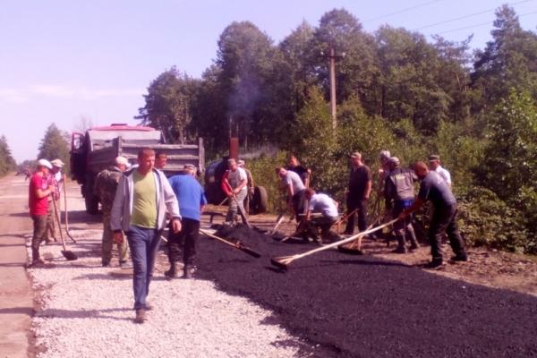У Рівненській області люди за власні кошти ремонтують дорогу до села (Фото)