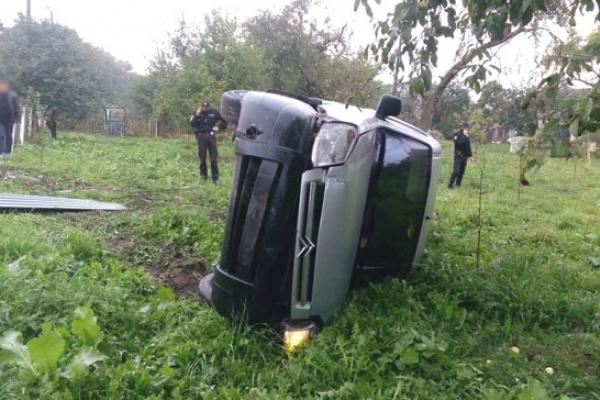 На Острожчині п'яний водій врізався в зупинку. Постраждала жінка
