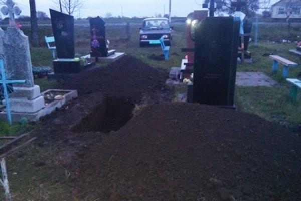 Злочин на кладовищі: жінка розкопала могилу