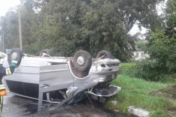На Радивилівщині рятувальники витягували людей з перевернутого автомобіля