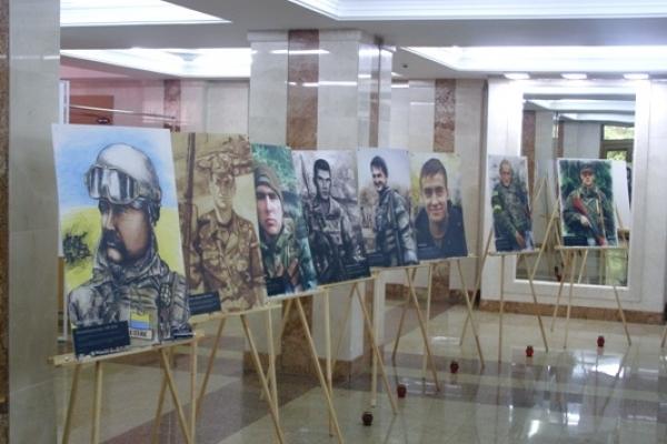 У волонтерській виставці «Якби не війна», яка прибула до Рівного – долі живих і небесних героїв