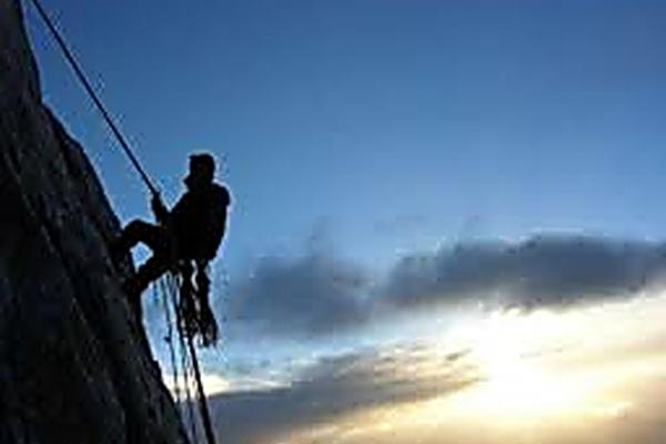 На Рівненщині чоловік впав зі скелі висотою 8 метрів