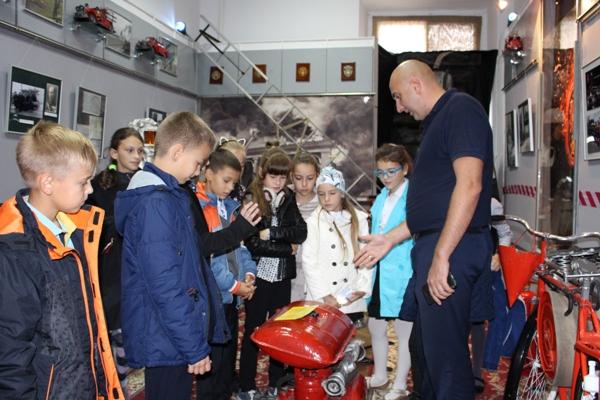 У Рівному рятувальники провели школярам-гімназистам пізнавальну екскурсію