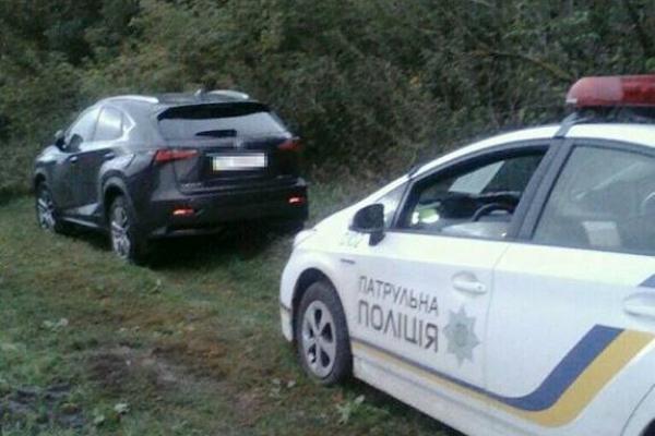 Патрульні Рівного та Львова спільними зусиллями знайшли викрадений кросовер (Фото)