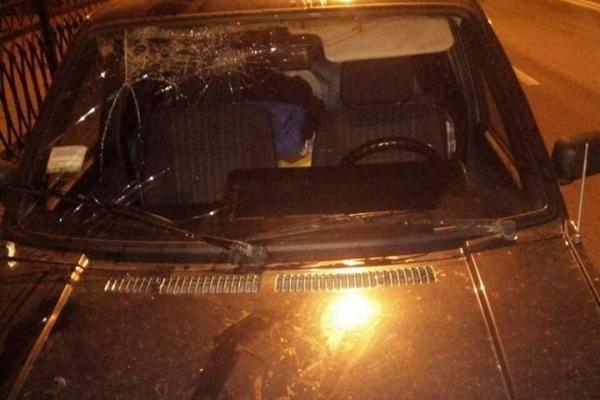 Неадекватні чоловіки нищили у Рівному автомобілі (Фото)