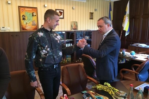 Cемиразовий чемпіон світу Олег Жох отримав грошову винагороду від Муляренка (Фото)