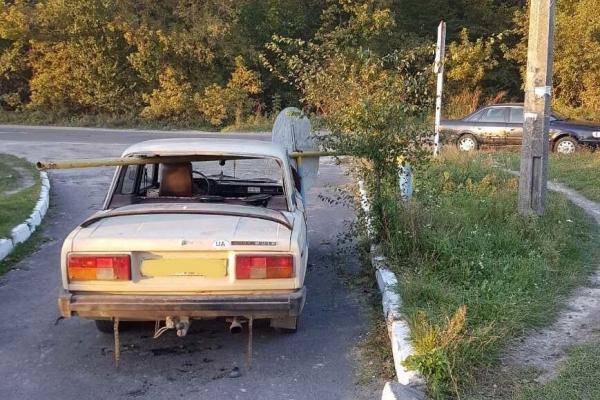 Клевань: внаслідок зіткнення авто зі шлагбаумом загинув пасажир (Фото)