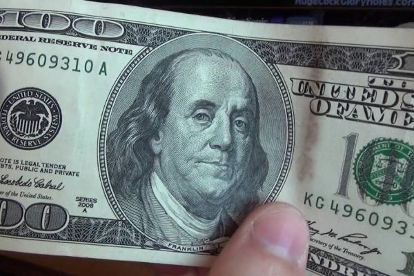 Затримано рівнянина, який намагався обміняти в банку фальшиві долари