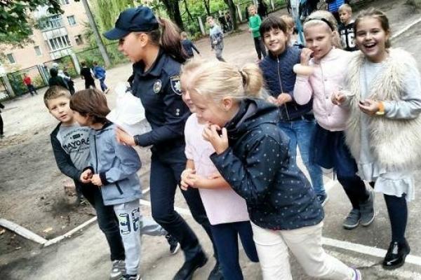 Рівненські патрульні проводять у школах бесіди з дітьми