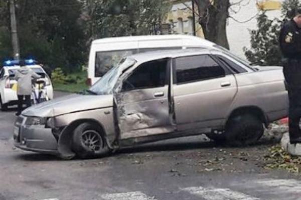 В Острозі автомобіль в`їхав у стовп через «лисі» шини