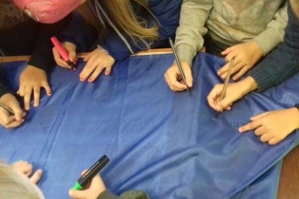 Вараські школярики розмалювали прапор, щоб передати захисникам на Схід