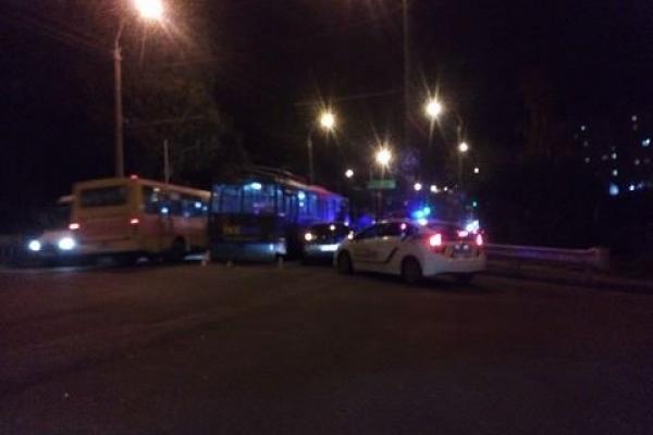 У Рівному іномарка протаранила тролейбус (Фото)