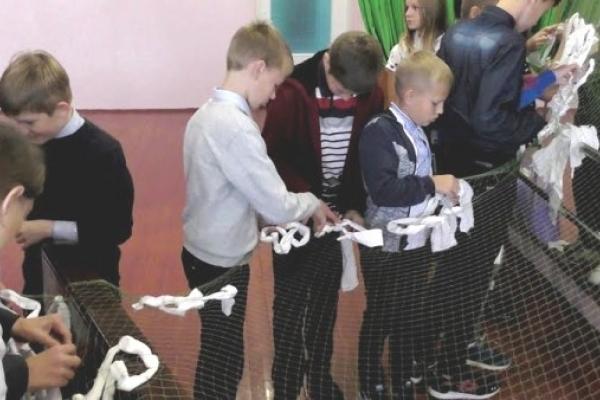 Вараські школярі сплели для бійців АТО велетенську сітку