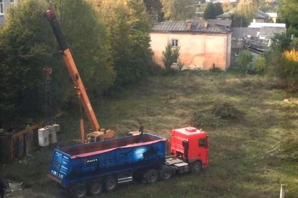 На скандальному будівництві у Рівному знову з'явилася робоча техніка (Фото)