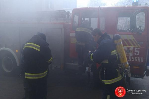 Дубнівські бійці ДСНС гасили палаючу будівлю