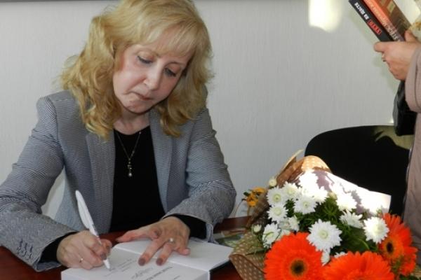 До Острога завітала письменниця-одеситка, яка в своїх творах пише про Острожчину – Ксенія Заставська