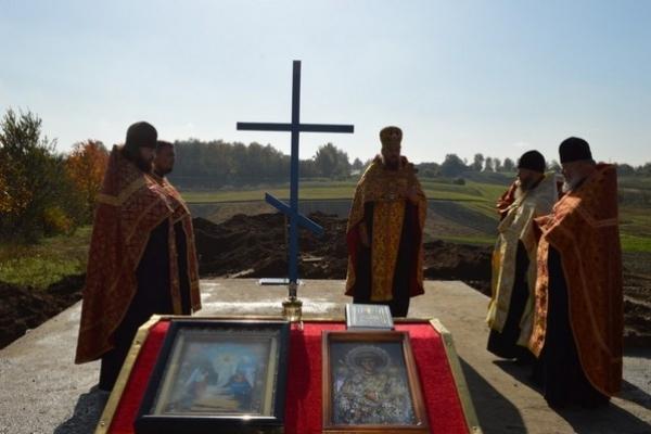 Духовенство УПЦ не здається. Замість забраних у неї на Рівненщині храмів будує нові