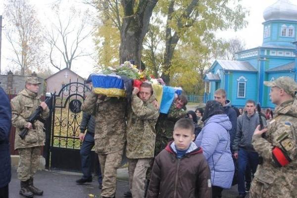 У труні солдат з весільною квіткою на грудях  – «Прости нас, Юрку!»