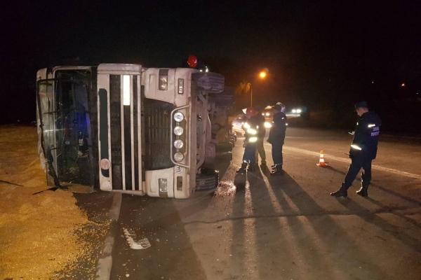 У Рівному перекинулась вантажівка із 20 тоннами зернових культур, працюють рятувальники (Фото)