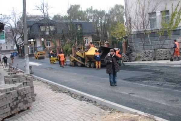 Біля Народного дому в Рівному вимостили нову дорогу. Проте не без втрат