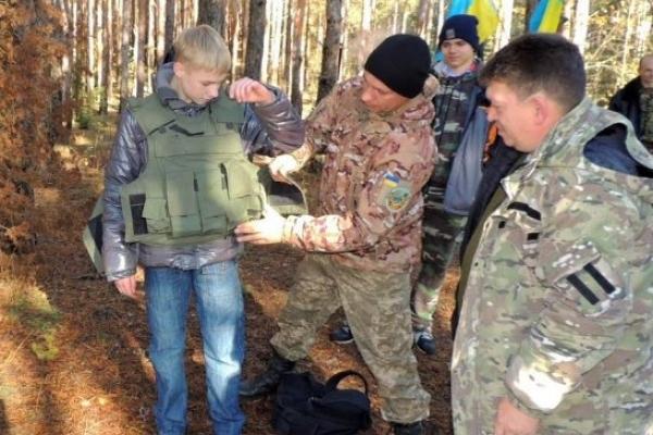 На Рівненщині школярів Володимирця та Вараша тренували військові у лісовому таборі