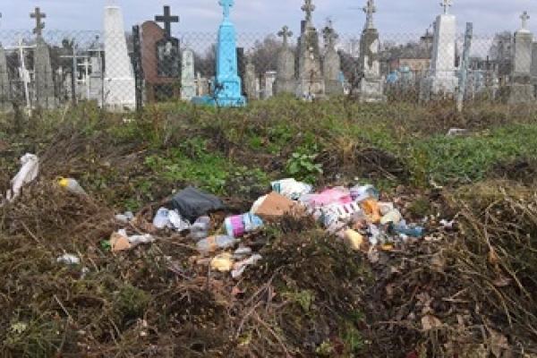 У Корці організували стихійне сміттєзвалище прямо на могилах (Фото)