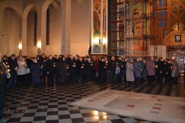 Сотні рівнян вшанували пам'ять невинно вбитих жертв Голодоморів (Фото)
