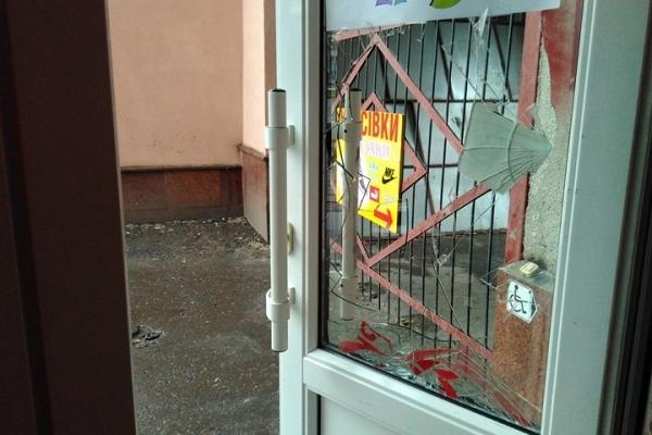 У центрі Рівного пограбували кав'ярню, розбивши двері (Фото)