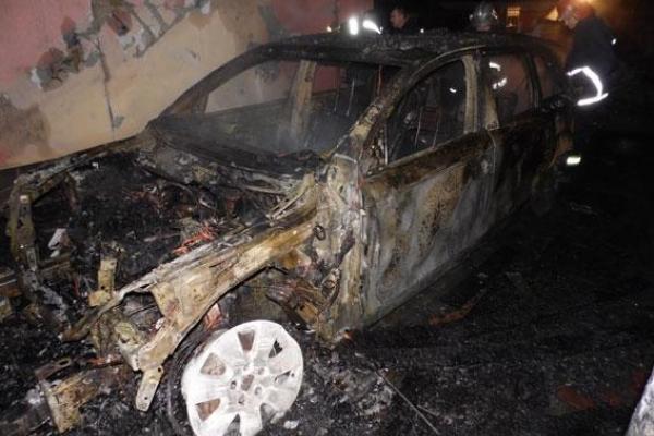 У Рівному спалили елітне авто
