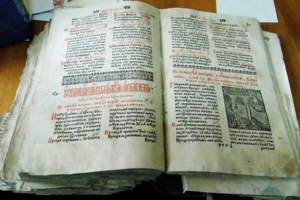 Рівненському краєзнавчому музею подарували стародрук «Апостола»