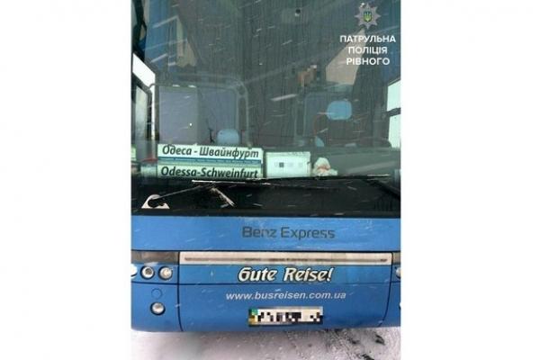 Бійка у рейсовому автобусі міжнародного сполучення: німців рознімали рівненські патрульні (Фото)