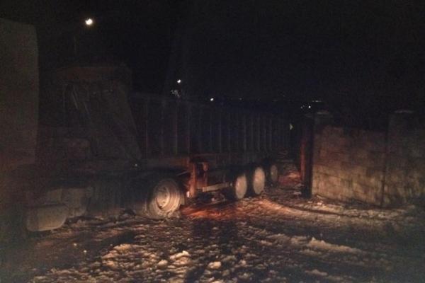 Вантажівка  перекрила заїзд до Острозької ЦРЛ