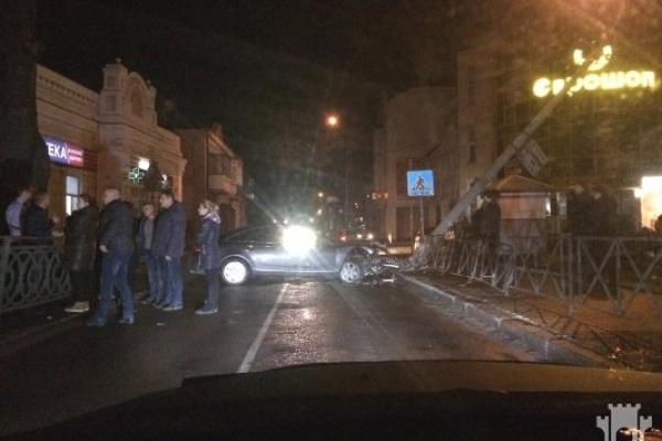 У Рівному Audi знесла електроопору й паралізувала рух транспорту на вул. Петлюри (ФОТО)