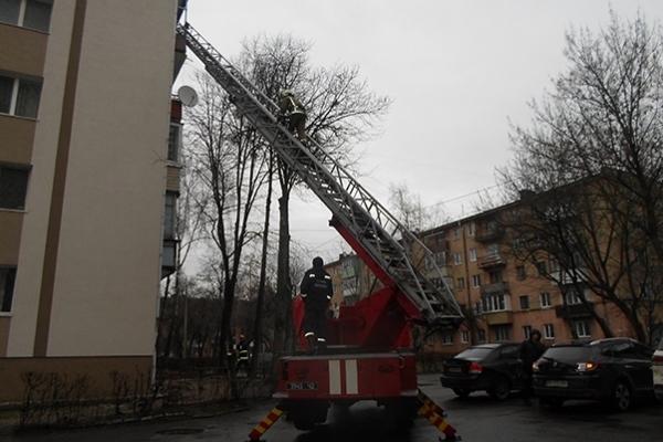 Рівненські рятувальники  звільнили важкохвору жінку з полону власної квартири