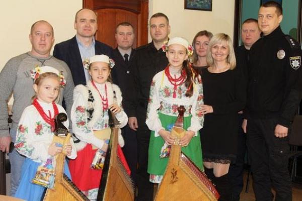 Діти колядували керівнику обласної поліції Рівненщини (Фото, відео)