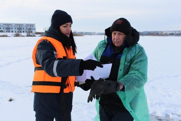 Рівненських рибалок вчили як правильно поводитися на льоду (Фото)