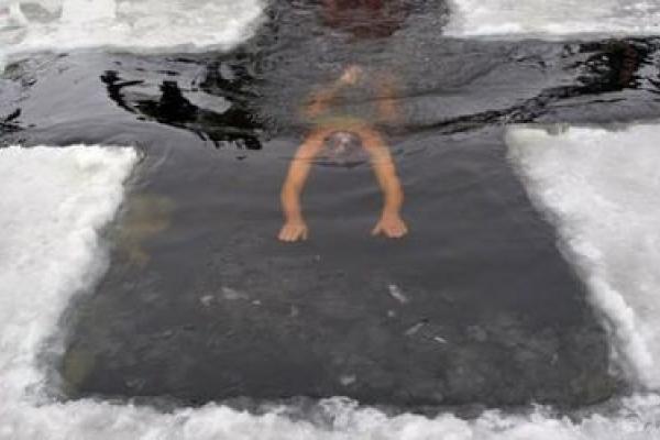 На Басівкутському озері вирізали ополонку у формі хреста (Відео)
