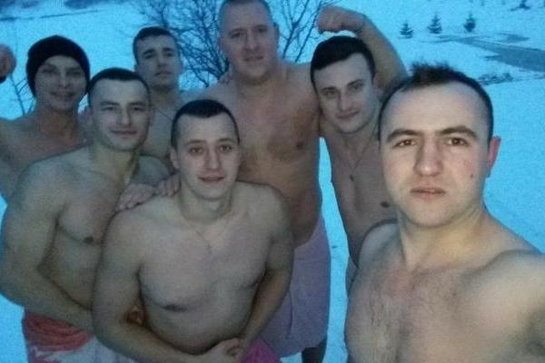 Патрульні поліцейські Рівного вже купалися у Басівкутському озері (ФОТОФАКТ)